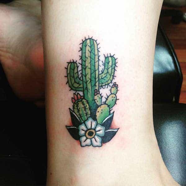 Tatuagem de cacto com flor