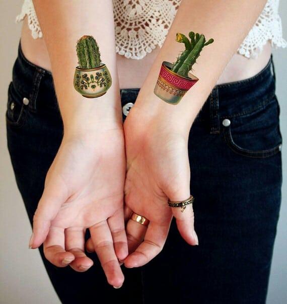 Tatuagem de cacto com vasos lindos