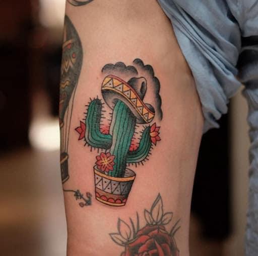 Tatuagem de cacto mexicano com flor