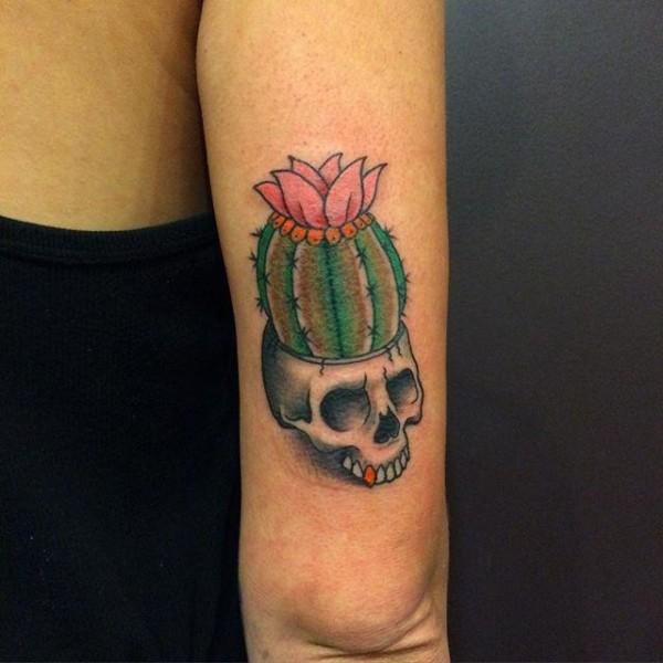 Tatuagem de caveira cacto e flor de lótus