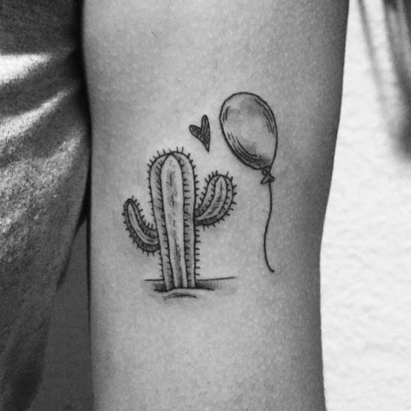 Tatuagem em preto e branco de cacto com balão