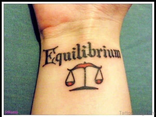 Tatuagem equilíbrio escrita com desenho