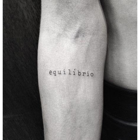 Tatuagem equilíbrio escrita masculina