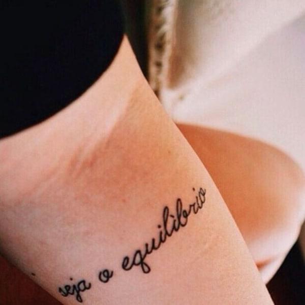 Tatuagem equilíbrio escrita no braço