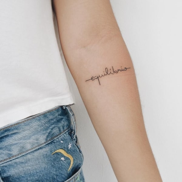Tatuagem equilíbrio escrita pequena