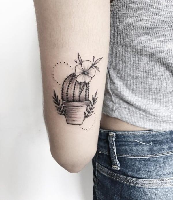Tatuagem minimalista de cacto com flor