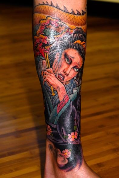 Tatuagem na Perna Fechada de gueixa