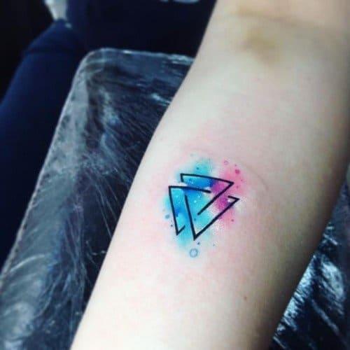 Tatuagem triângulo equilíbrio aquarela