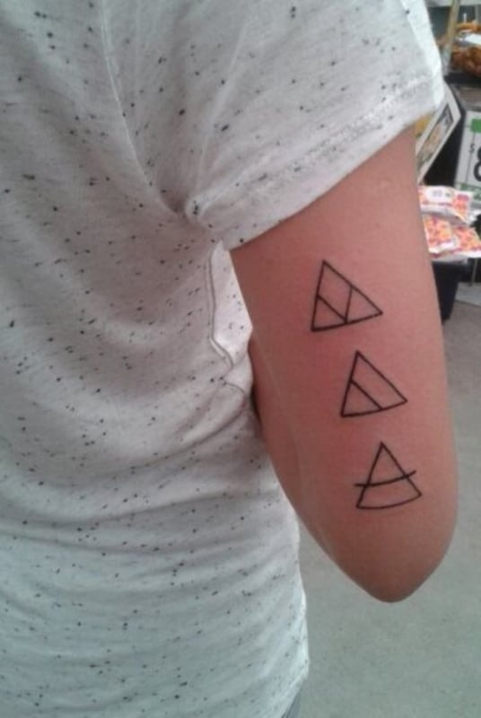 Tatuagem triângulo equilíbrio feminina