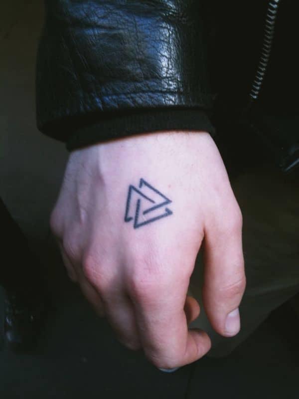 Tatuagem triângulo equilíbrio na mão