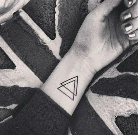 Tatuagem triângulo equilíbrio no pulso