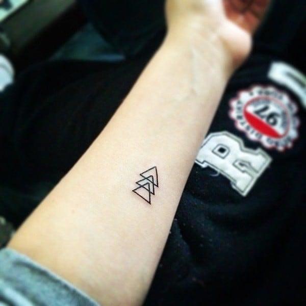Tatuagem triângulo equilíbrio pequena