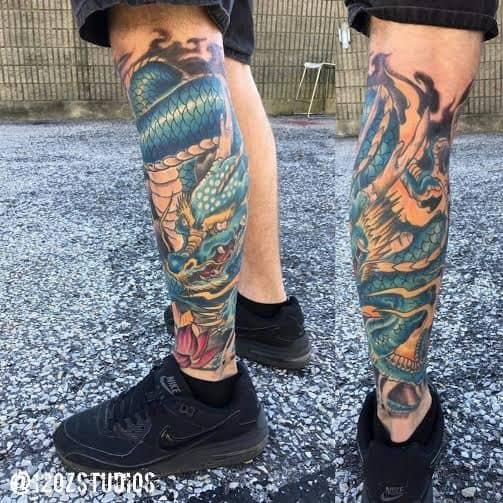 dragão azul tatuado na perna