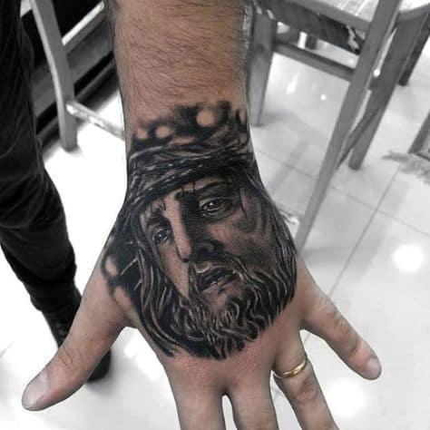 grande tatuagem de Jesus na mão