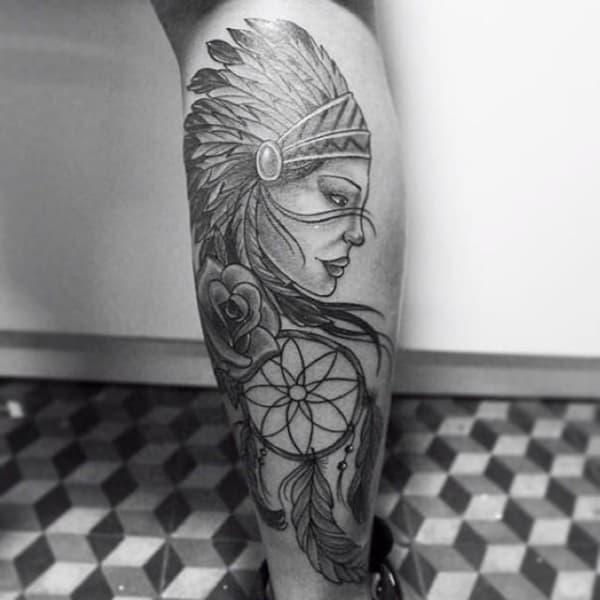 india tatuada na perna