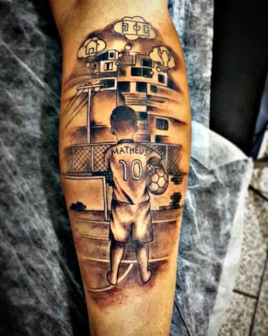 tattoo favela e futebol na perna