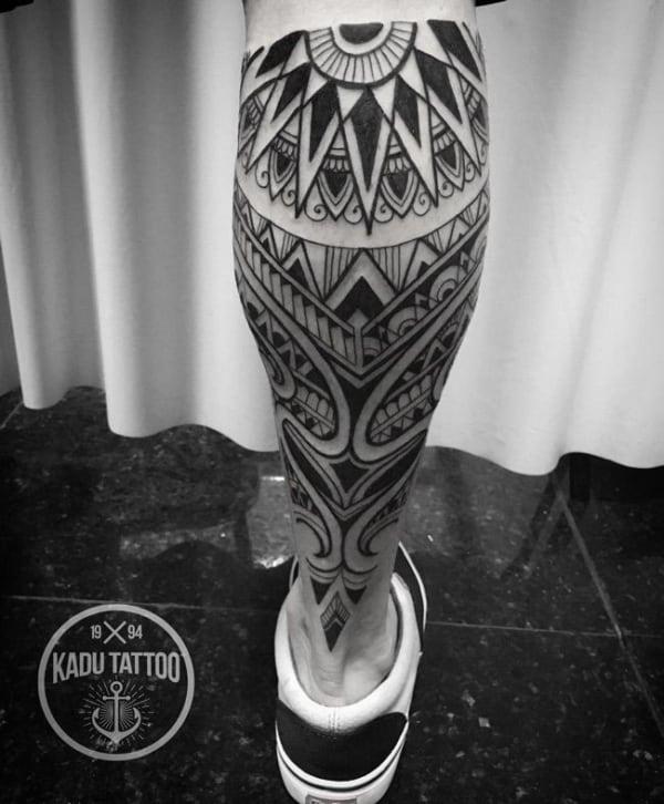 tattoo tribal na perna masculina