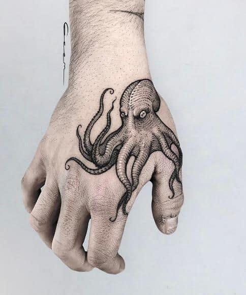 tatuagem de polvo na mão bonita