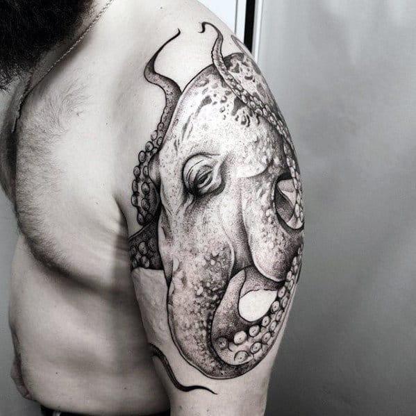tatuagem de polvo no braço grande
