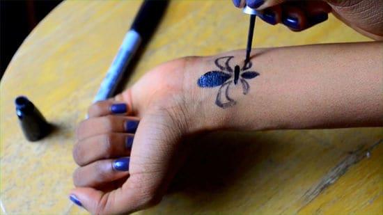 tatuagem falsa com delineador