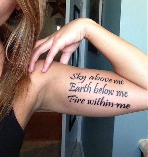 tatuagem no bíceps feminina escrita com frase