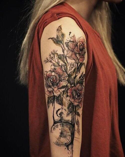 tatuagem no bíceps feminina flores coloridas