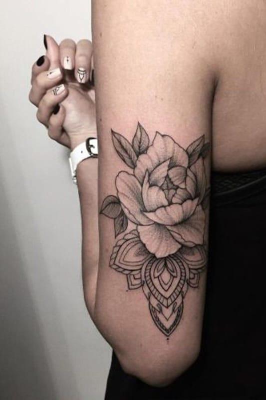 tatuagem no bíceps feminina flores com mandala