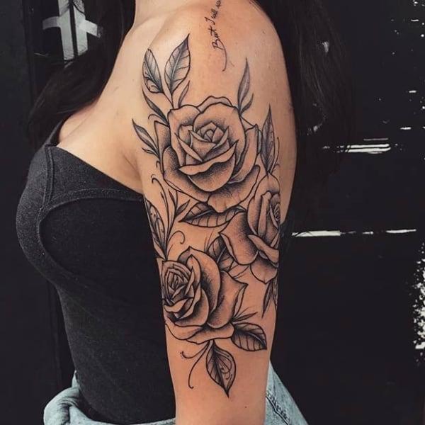tatuagem no bíceps feminina flores e rosas