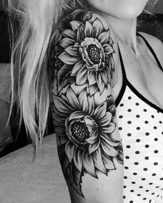 tatuagem no bíceps feminina flores girassois