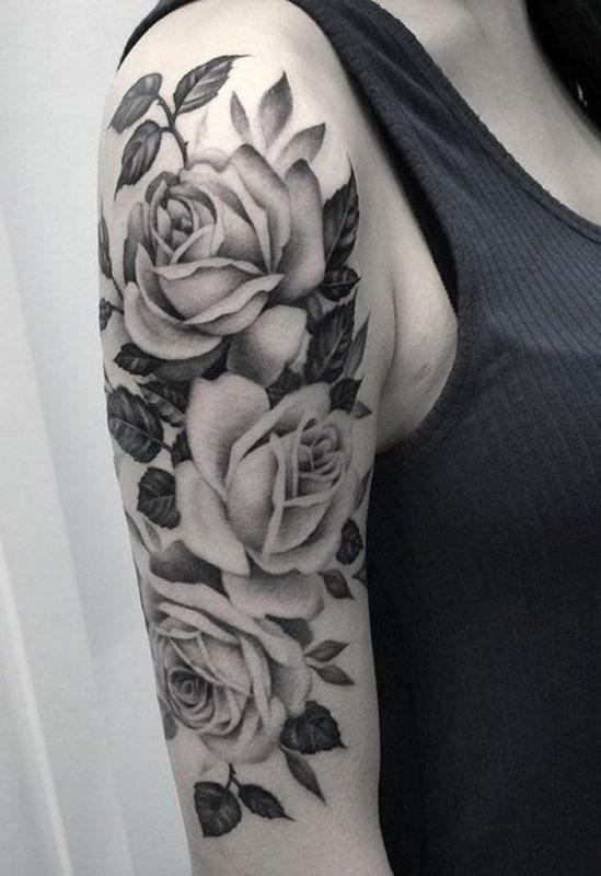 tatuagem no bíceps feminina flores sombreadas