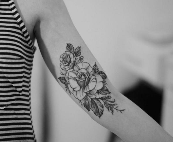 tatuagem no bíceps feminina flores