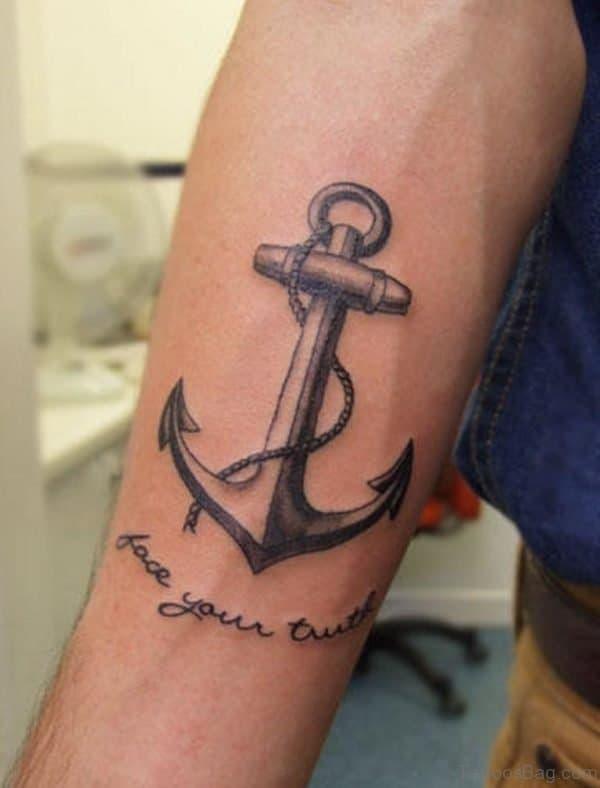 tatuagem no bíceps masculino ancora escrita