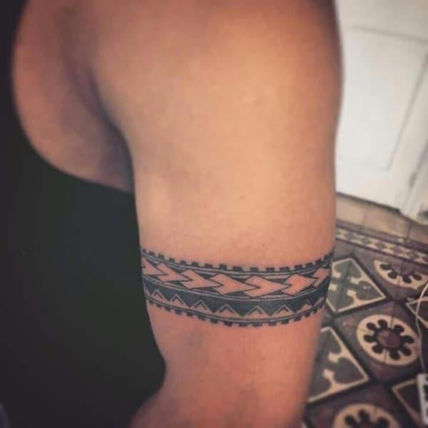 tatuagem no bíceps masculino bracelete grande