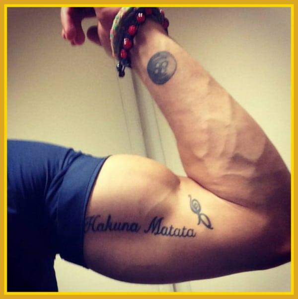 tatuagem no bíceps masculino escrita ideias