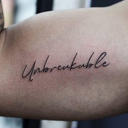 tatuagem no bíceps masculino escrita simples