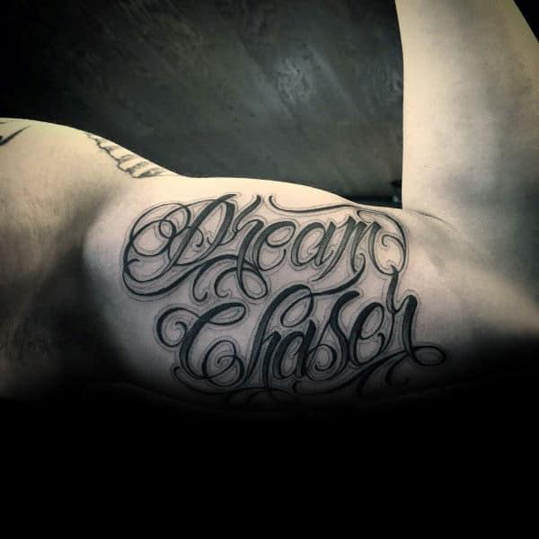 tatuagem no bíceps masculino escrita sombreada