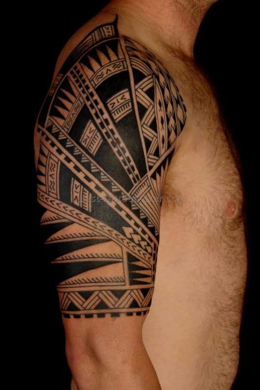tatuagem no bíceps masculino tribal ideias