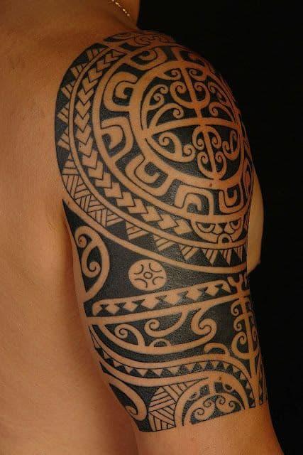 tatuagem no bíceps masculino tribal maori