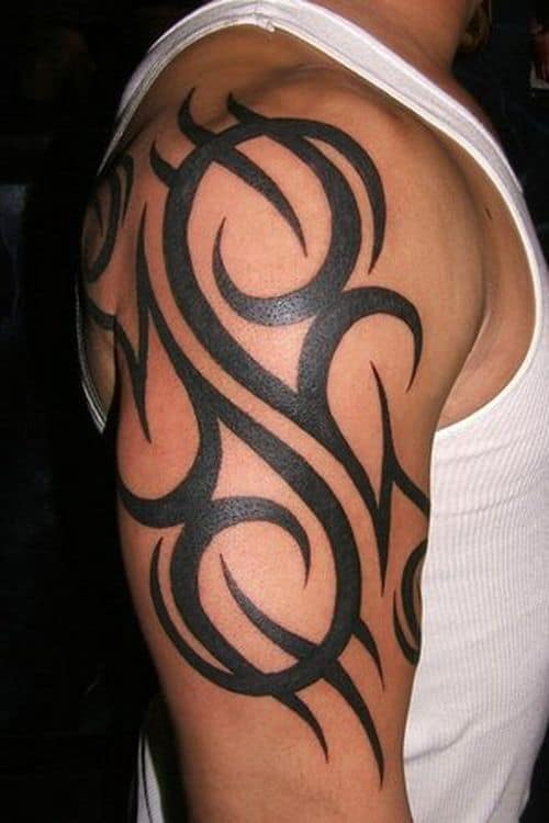 tatuagem no bíceps masculino tribal