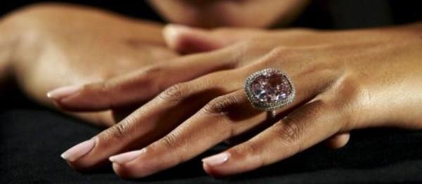 anel grande de diamante rosa