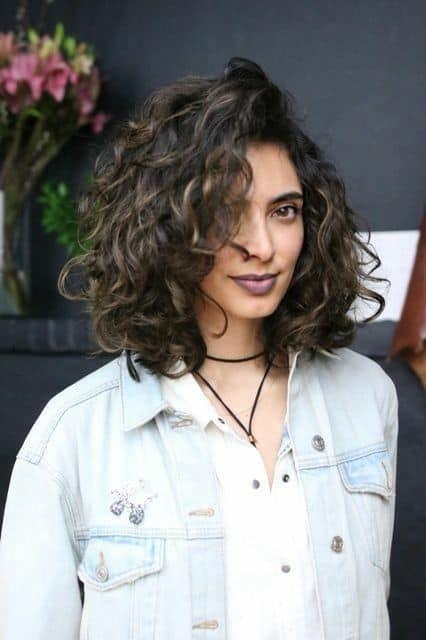 cabelo médio com corte em camadas