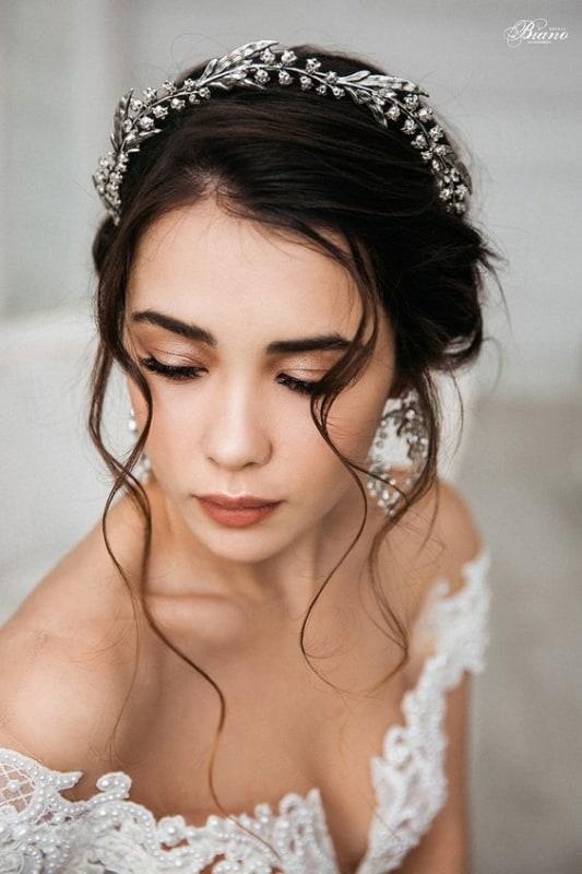noiva com penteado preso e tiara prateada