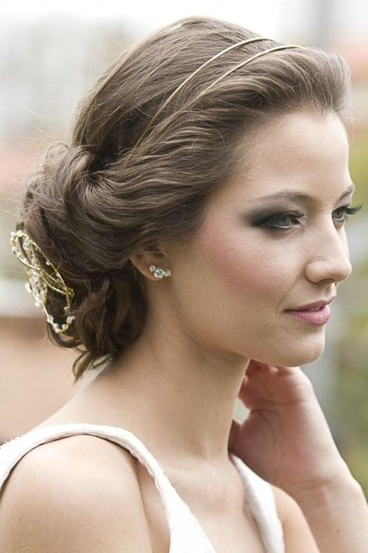 noiva com tiara fina em dourado