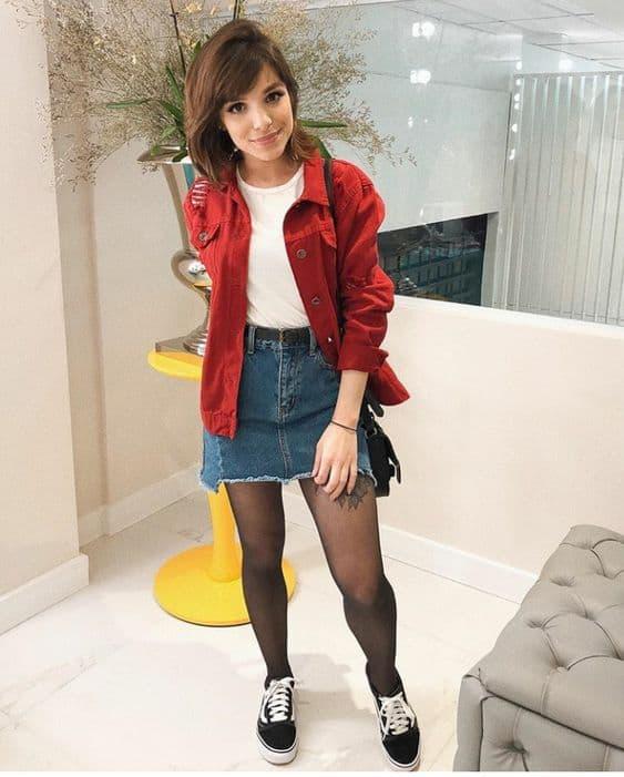 look jaqueta jeans vermelha com saia