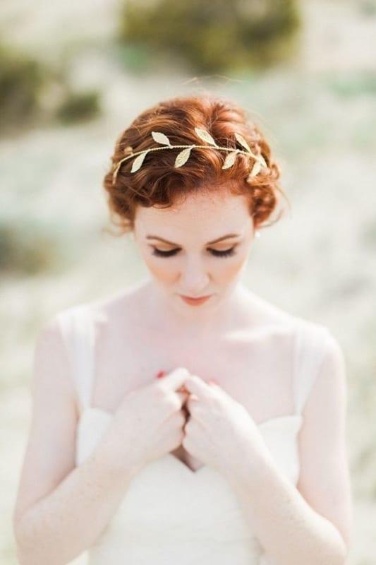 noiva com tiara de folhas douradas