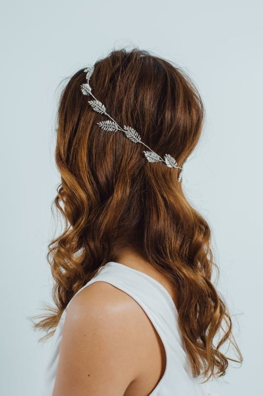 noiva com cabelo solto e tiara simples