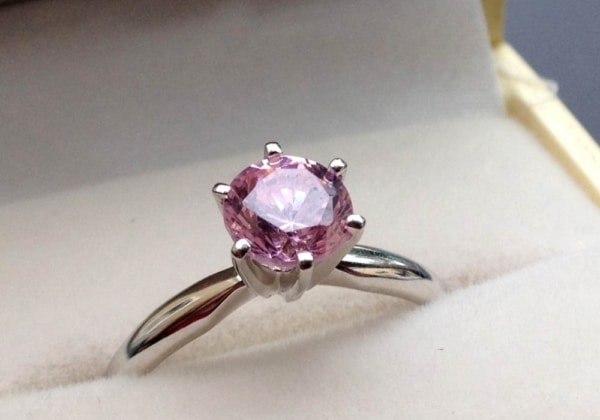 anel de diamante rosa