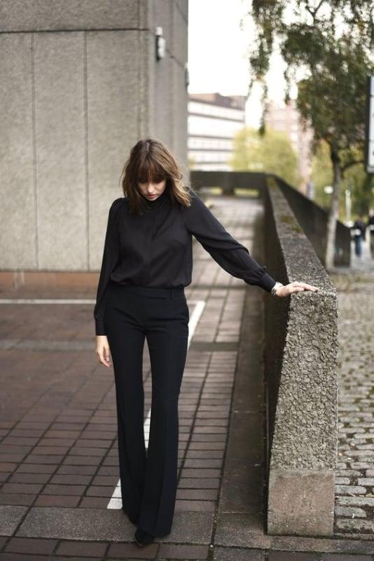 look com calça flare social e camisa preta