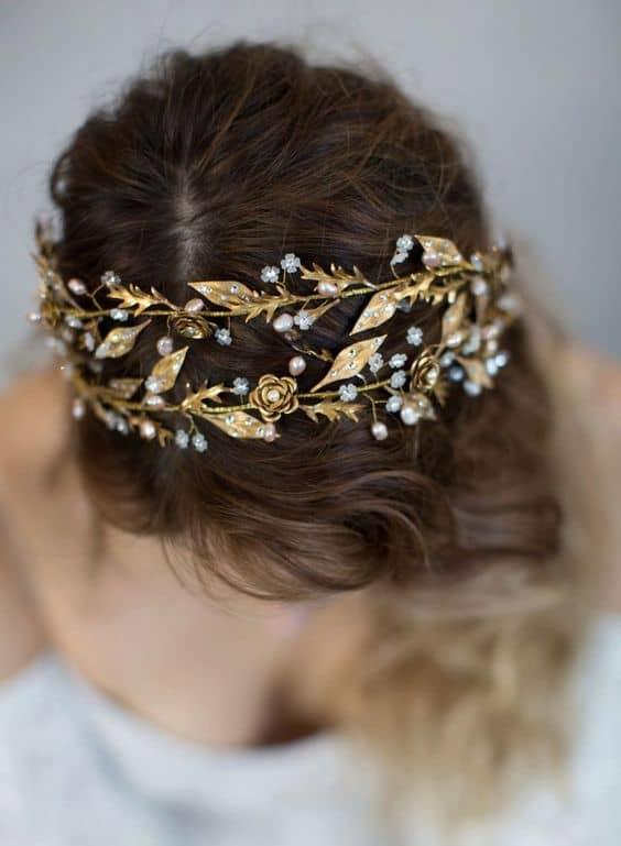 noiva com tiara de metal dourado