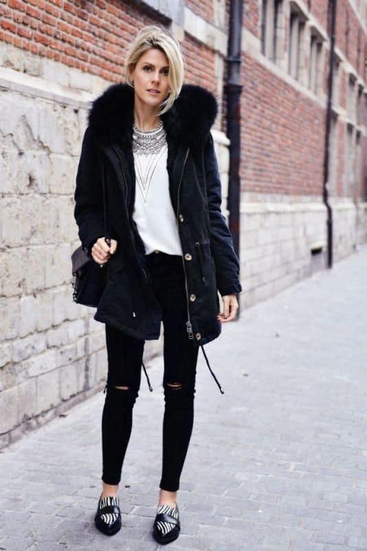 look de inverno preto e branco com parka